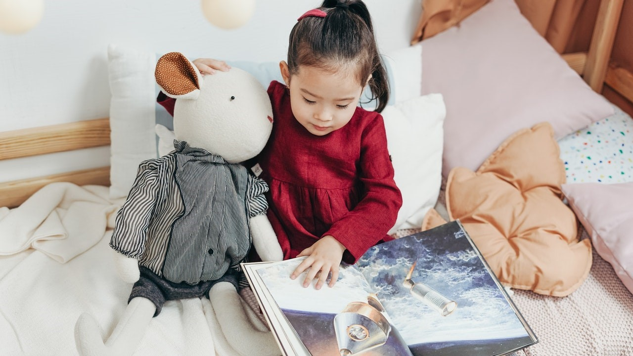 Girl reading w toy_18 summer reading ideas blog-for text