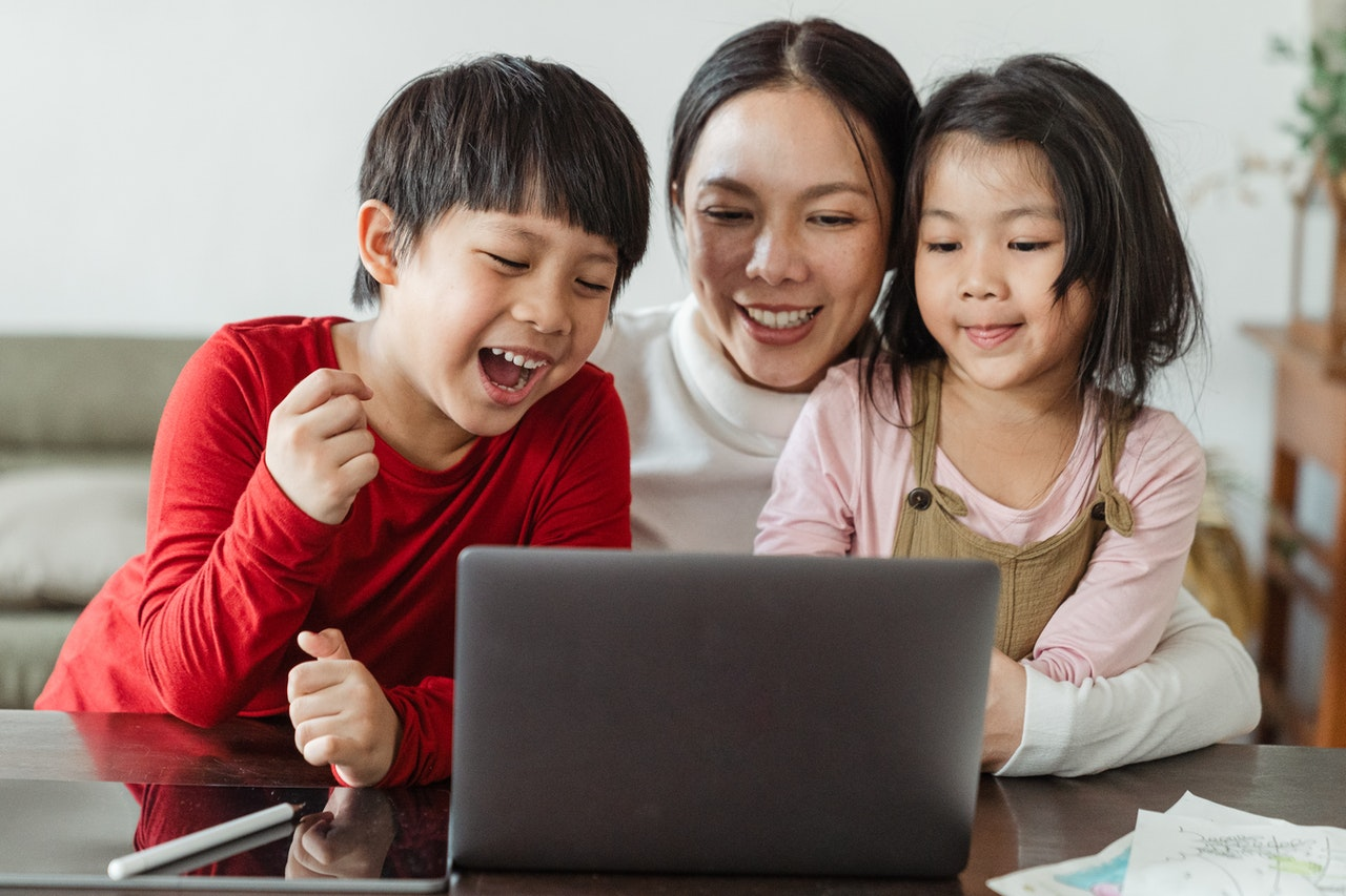happy-ethnic-mom-and-kids-watching-cartoon-on-netbook-at-4474032_Photo by Ketut Subiyanto from Pexels